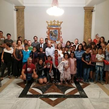 Pequeños embajadores saharauis son recibidos por el alcalde de Pamplona, Enrique Maya | Sahara Press Service