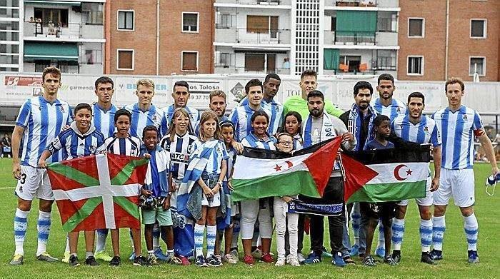 Sahara Occidental. Jugadores de importante equipo del fútbol vasco posan con banderas saharauis – Resumen Latinoamericano