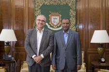 El alcalde de Pamplona se reúne con el nuevo delegado del Frente Polisario en Navarra, Abderahman Lehbib Breika | Ayuntamiento de Pamplona