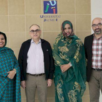 El vicerrector de Internacionalización y Cooperación de la UJI conoce la situación de la población saharaui de la mano de una alumna