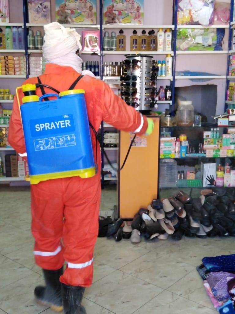 Un hombre desinfecta el calzado en una tienda de los campamentos de personas refugiadas saharauis.