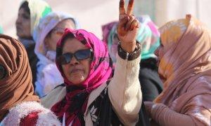Una mujer saharaui hace el saludo típico de la región en Tifafiti, ciudad liberada del Sáhara Occidental. JOSE CARMONA.