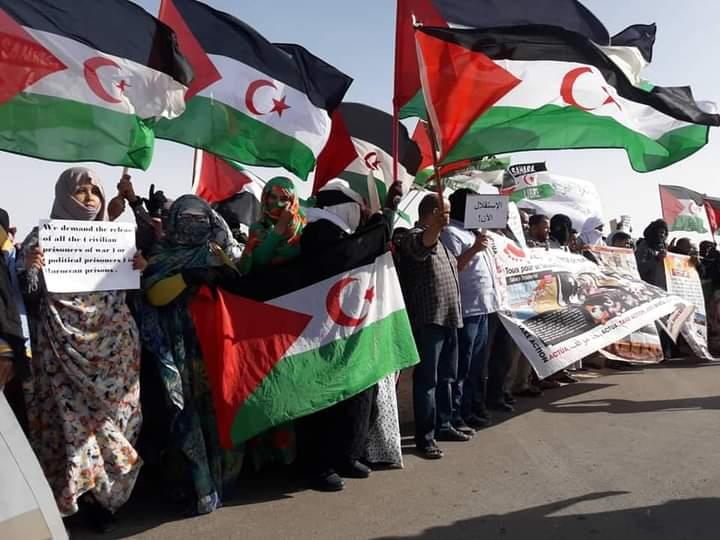 Manifestantes toman las calles de los campamentos de refugiados saharauis para expresar su decepción y desconfianza en la ONU