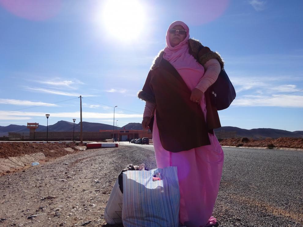 Mhaijiba Boujumaa a su llegada a la cárcel de Bouzakarn para visitar a su marido.