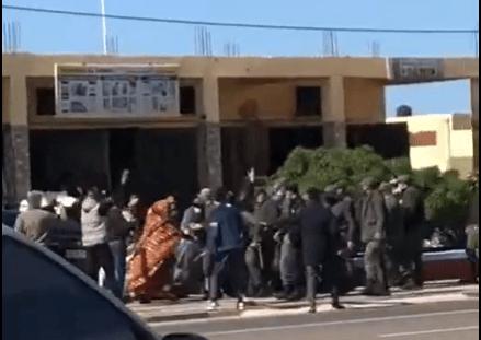 Mujeres saharauis se manifiestan en las calles de Bojador ocupado para denunciar la represión marroquí