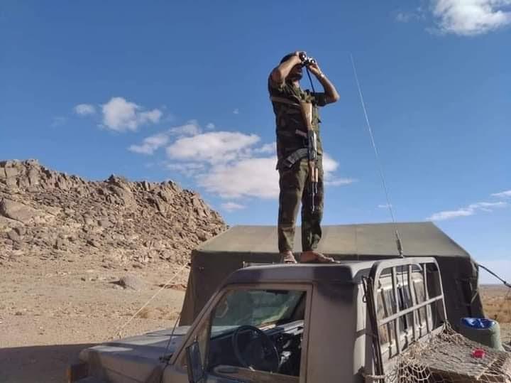 GUERRA EN EL SAHARA   El Ejército saharaui destruye un camión y una excavadora que Marruecos desplegó para ampliar el muro militar