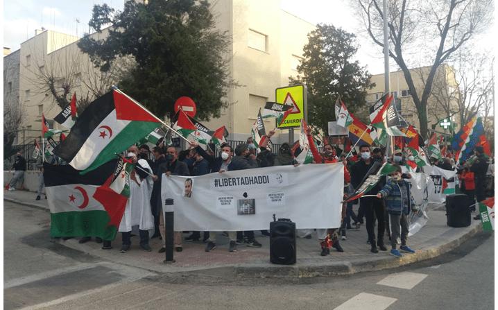 Jóvenes saharauis piden libertad para los presos políticos ante la embajada marroquí   Contramutis