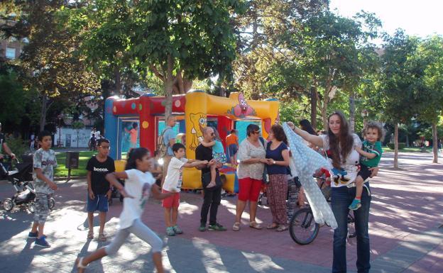 Un grupo de niños, en 2016 durante una atividad del proyecto en el parque Antonio Machado. /A. GÓMEZ