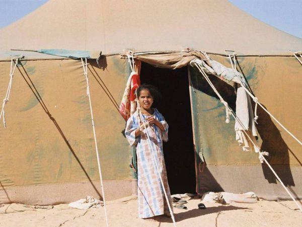 Una niña en un campo de refugiados en Tinduf (Argelia). Fotograma del documental 'Sáhara Marathon', de Aitor Arregi y Jon Garaño.