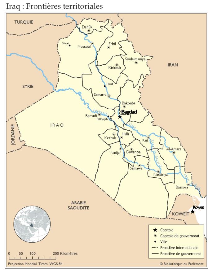Cette carte illustre les frontières territoriales à l'intérieur de l'Iraq et avec les pays voisins. Sur la carte, les frontières des 18 gouvernorats en Iraq sont représentées, ainsi que la capitale de chaque gouvernorat. Les pays voisins sont également identifiés. La carte montre aussi les fleuves Euphrate et Tigre, dont le confluent se situe dans le Chatt al-Arab, et le canal de Gharraf, qui relie l'Euphrate et le Tigre.