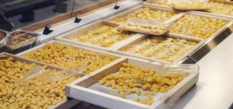Tortellini pasta in shop window, Bologna, IT (2016-01-08)
