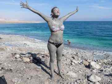 Carola mud drying at Qerim Beach at the Dead Sea, Israel (2017-01-05)