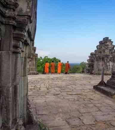 Monks visiting Phnom Bakheng, Siem Reap, Cambodia (2017-04-21)
