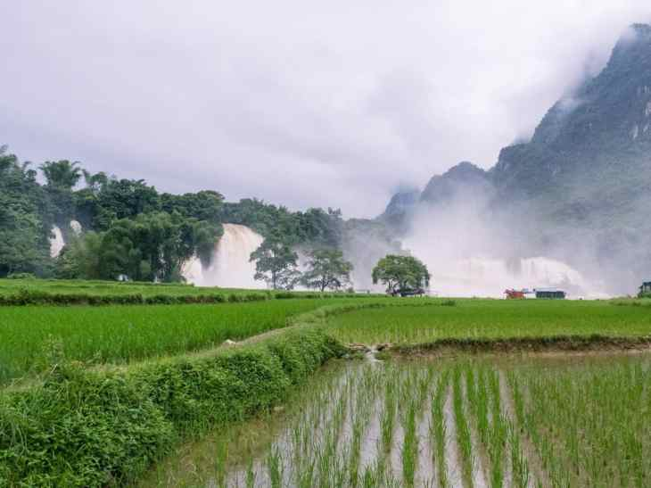 Ban Gioc waterfall from the road, Cao Bang, Vietnam (2017-07)