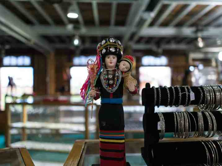 Inle Lake boat tour: Doll in tradtional costume at the jewelry shop, Myanmar (2017-10)