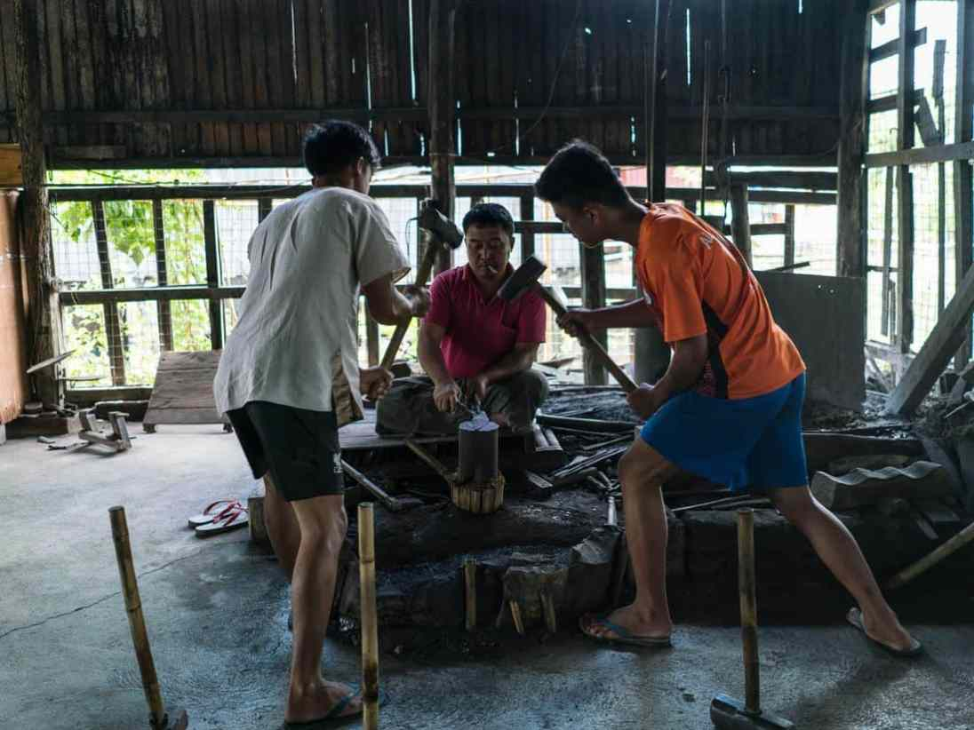 Inle Lake boat tour: Blacksmith at work, Myanmar (2017-10)