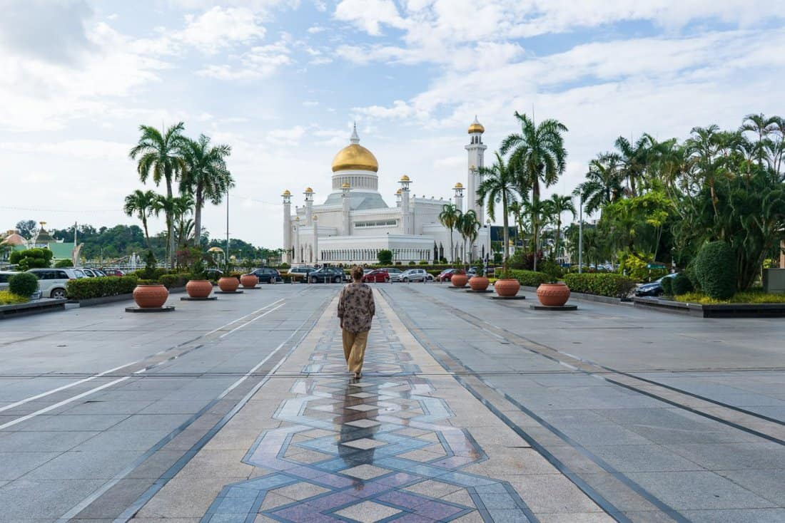 Carola walking towards Omar Ali Saifuddien National Mosque, Bandar Seri Begawan, Brunei-Darussalam