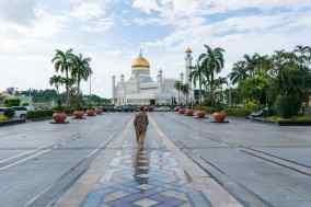 Carola walking towards Omar Ali Saifuddien National Mosque, Bandar Seri Begawan, Brunei-Darussalam