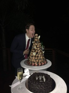 The twin brother of the bride devours the croquembouche