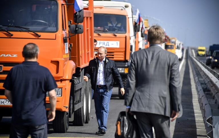 Putin inaugura un puente que une Rusia a Crimea al volante de un camión