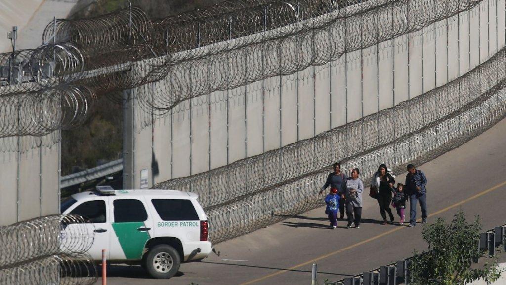 Migrante mexicano muere bajo custodia en Texas