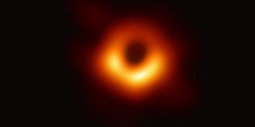 Primera imagen de un agujero negro, conseguida por el proyecto multinacional Event Horizon Telescope (EHT). 10 de abril de 2019