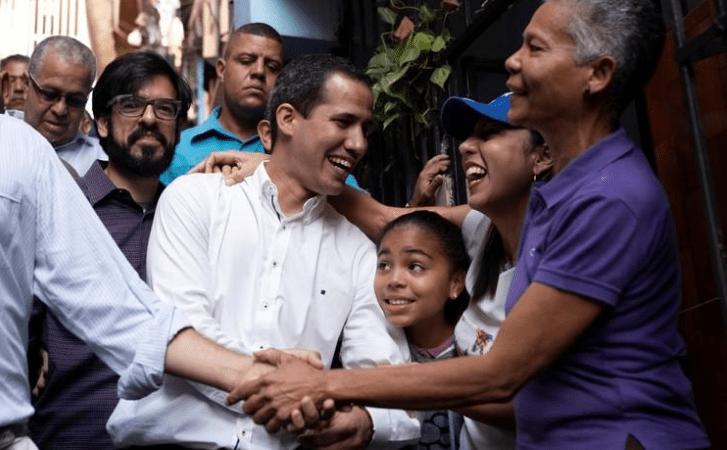 Guaidó recorrió Petare para entregar pastillas purificadoras de agua