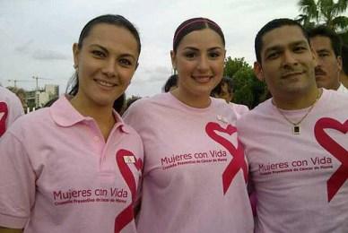 Arlett Molgora Glover, con Mariana Zorrilla de Borge y su esposo,  actual Rector de la Universidad Politécnica de Bacalar, Miguel Fernando de Jesús Pérez Cetina.