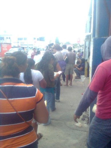 Vallisoletanos que hacen fila en las oficinas del IFE en Cancun para cambiar sus credenciales de elector con domicilio en el destino turistico. (Foto: Diario de Yucatán)