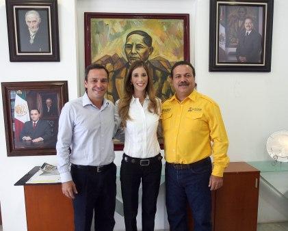 Julián Ricalde Magaña (der), Paul Carrillo (izq) y Luciana Da Via (centro)