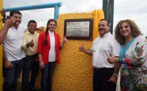 25tartanDevelan placa alusiva a la inauguracion de la pista de tartan Ana Guevara