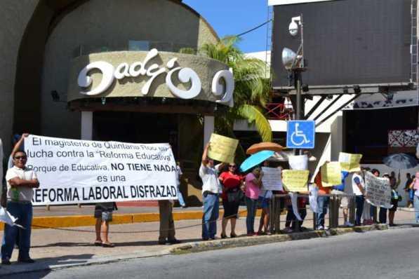 21puntaMaestros se manifestaron en Zona Hotelera (34)