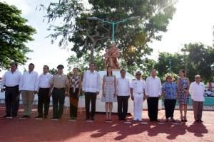 Guardia de honor en el monumento al maestro en Chetumal.