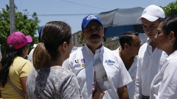 Julián Ricalde durante su recorrido por regiones de Cancún.