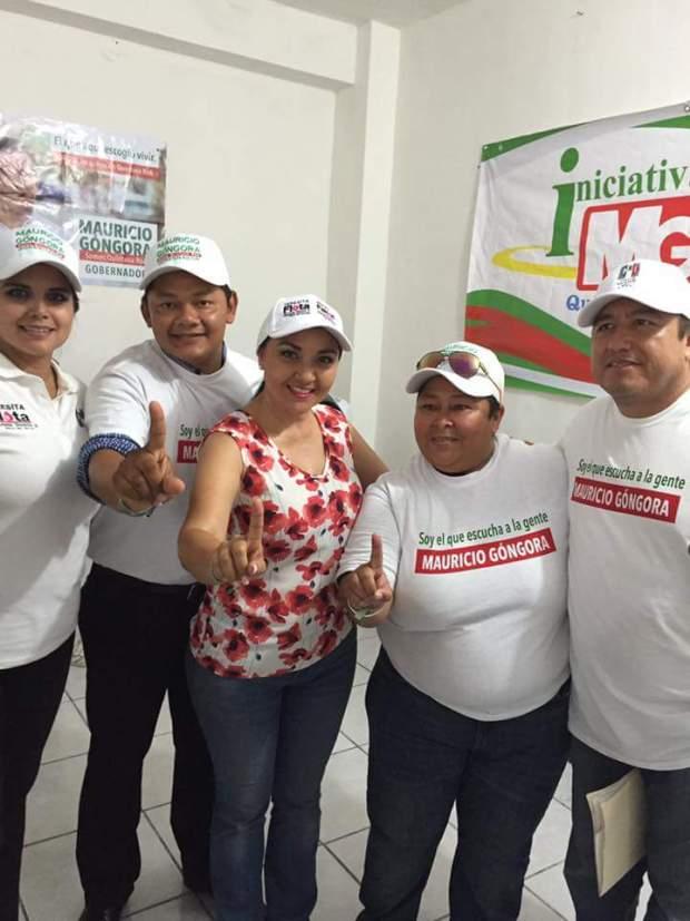 Héctor Augusto Carballo Pérez, regidor ex perredista de Solidaridad (segundo de izquierda a derecha), junto a Teresa Flota Alcocer, candidata a la diputación por el Distrito X, haciendo proselitismo en horario de trabajo.