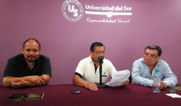 El periodista Justo May durante la presentación de su libro en Cancún. Lo comentaron Francisco Verdayes y Jorge González Durán.