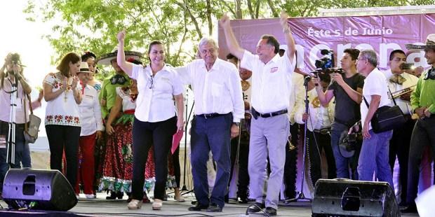Norma Angélica Ríos Olguín, candidata a la presidencia municipal de Solidaridad, junto a Andrés Manuel López Obrador y José Luis Pech Várguez.