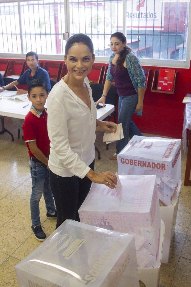 Gina Ruiz Chávez al emitir su voto,  durante la jornada electoral del domingo.