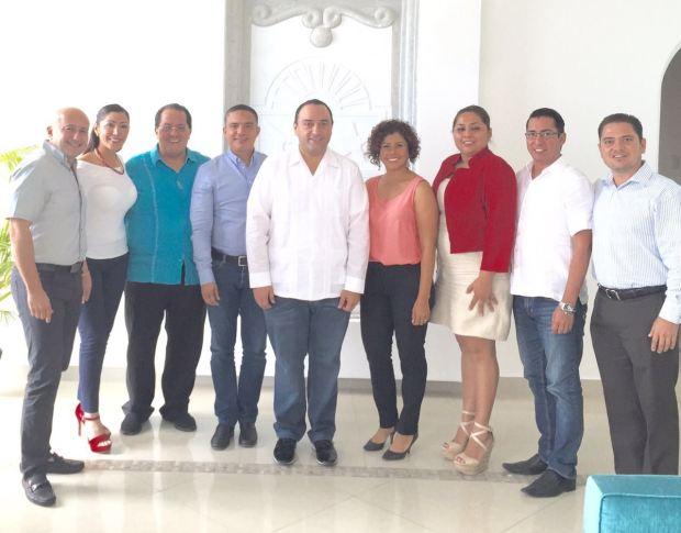 Roberto Borge, gobernador de Quintana Roo, y el delegado del PRI, Manuel Andrade Díaz, con los diputados priistas que integrarán la próxima legislatura de Quintana Roo.