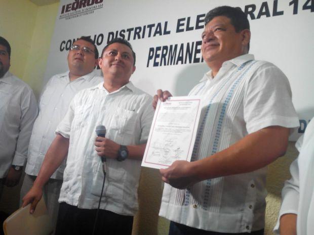 Luis Torres Llanes al recibir su constancia de mayoría que lo acredita como el primer alcalde electo de oposición en Othón P- Blanco.