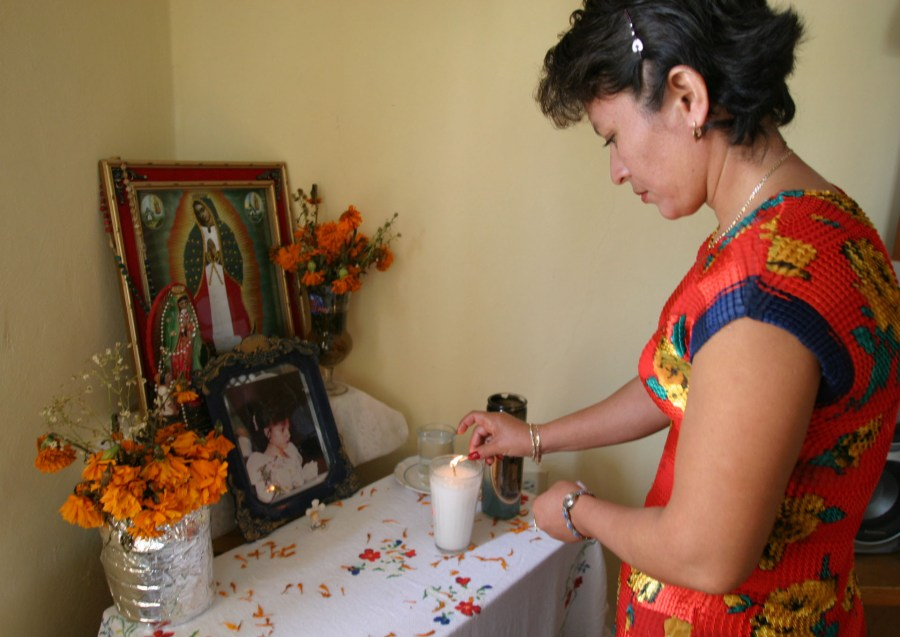 En la foto, la señora Ana Isabel Rodríguez, madre de la joven Mayra Beatriz Ayuso Rodríguez, al encender una veladora a la memoria de su hija cuando se cumplieron 5 años de su muerte.