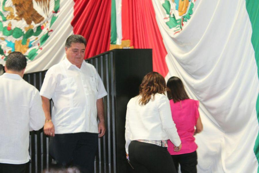 Pedro Flota y sus diputadas saliendo literalmente por atrás del Congreso, al terminar su periodo.