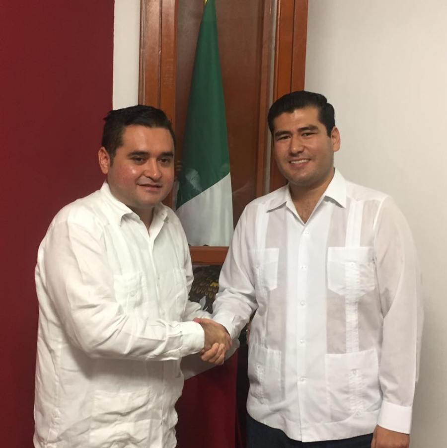 El secretario del Ayuntamiento de Benito Juárez con Fabián Gamboa Song.