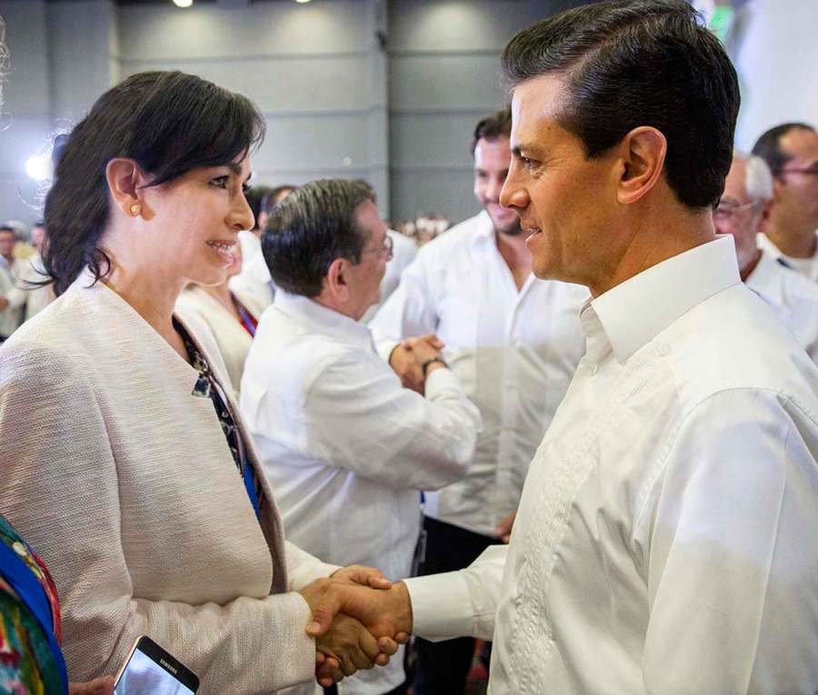 Laura Fernández saluda al Presidente Enrique Peña Nieto durante la inauguración de la COP 13 en Cancún.