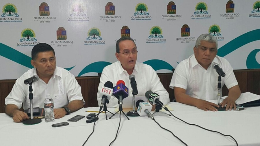 Francisco López Mena en conferencia de prensa, acompañado de Rodolfo del Ángel y Pedro Pérez.