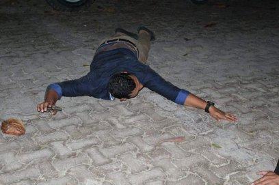 Un hombre permanece tirado en el suelo, momentos después de la balacera en el Blue Parrot, ocurrida la madrugada de este lunes.