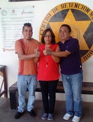 La pareja junto a la directora del penal en Playa del Carmen.