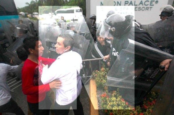 Cancún.- Disturbios entre familiares de los 43 desaparecidos y la Policia Federal que resguarda el acceso principal al hotel sede de la 47 Asamblea General de la Organización de los Estados Americanos (OEA)