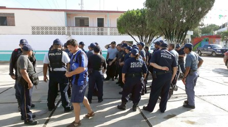 Policías piden entrega de uniformes prometidos