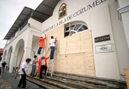 La población toma medidas ante el paso de la tormenta tropical